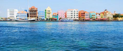 """Het hele jaar door warm weer met een bries, vaak zonnig en soms regen wat het eiland een groene aanblik geeft.<a href=""""https://www.50pluswereld.nl/nederlandse-tropen/"""" title=""""Curaçao: de Nederlandse tropen"""">Lees verder</a>"""